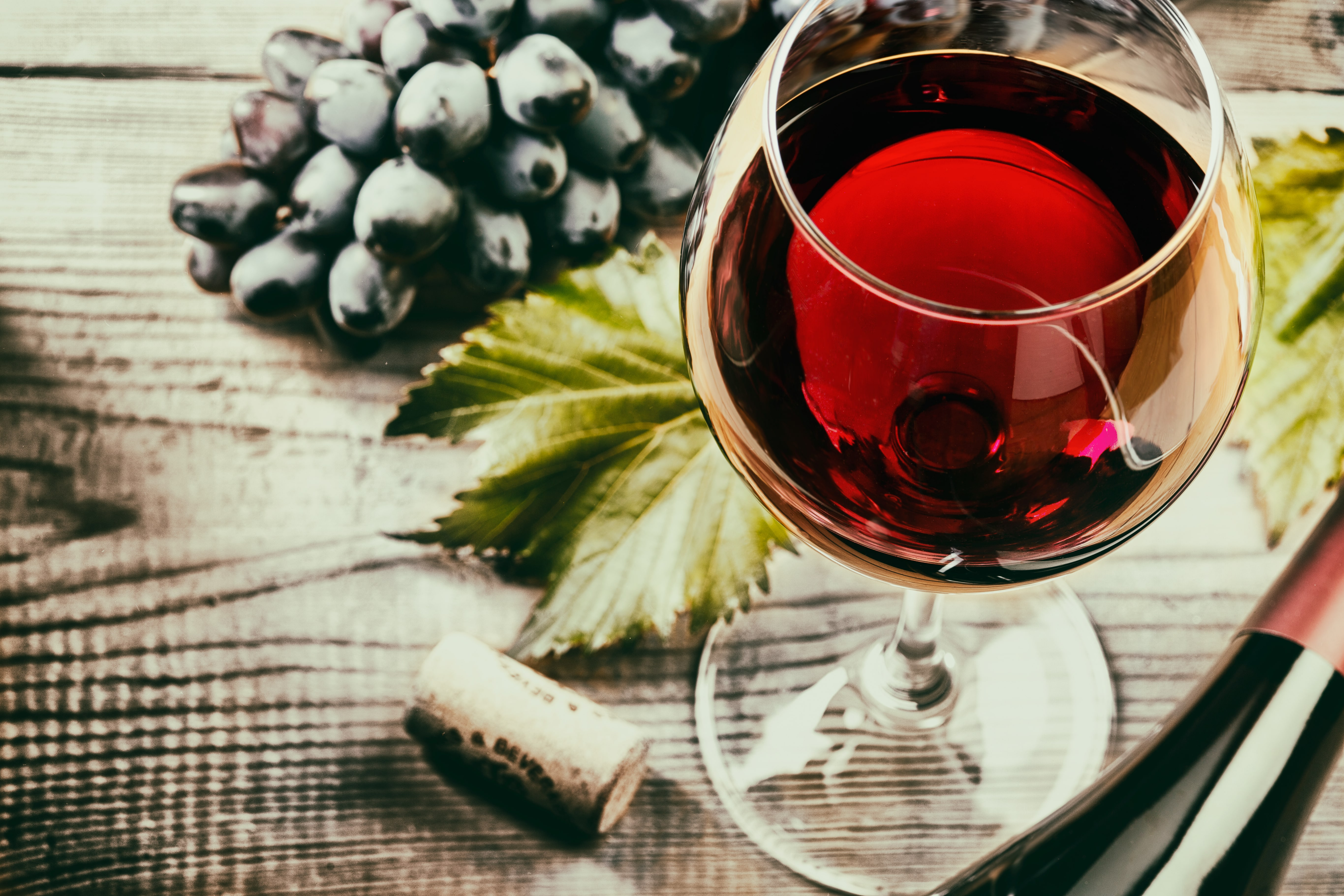Red,Wine,And,Grapes.,Wine,And,Grapes,In,Vintage,Setting
